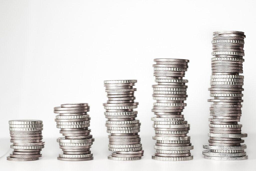 Kuvassa erilaisia kolikkokasoja. Vasemmalla reunalla pienempi kasa, välissä kolme oikealla suurenevaa rahakasaa ja oikealla kaikista suurin rahakasa.   Kuva: PixaBay, kschneider, Vapaaseen kaupalliseen käyttöön , Nimeämistä ei edellytetä.