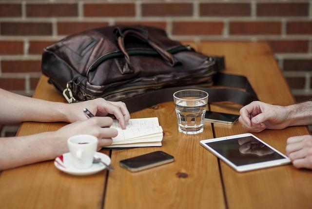 Tutustumista toisten kanssa ja keskustelua sekä ideoiden jakamista.