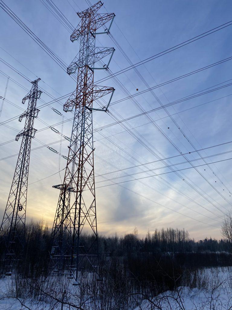 Voimajohtoja, jotka kuljettavat sähköä